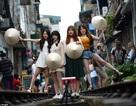 Du khách liều mạng sống để chụp ảnh đường tàu ở Hà Nội