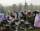 Công an, bộ đội cùng dân dầm mưa vác đá cứu đập