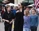 Angelina Jolie đưa con đi mua sắm