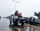 Quân đội huy động xe lội nước cứu dân khỏi vùng nước lũ