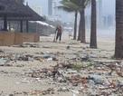 Rác ngập bãi biển Đà Nẵng sau trận mưa lịch sử