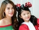 """Trương Ngọc Ánh hóa """"bà già Noel"""" trẻ trung gợi cảm, đón Giáng sinh cùng con gái"""