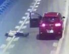 """Cãi nhau với bạn trai, cô gái ra khỏi ô tô, nằm """"ăn vạ"""" giữa đường cao tốc"""