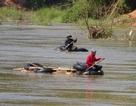 Truy bắt đoàn gỗ lậu ngang nhiên vượt sông giữa ban ngày