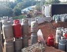 Xe tải chở hàng trăm bình gas lật nhào trên quốc lộ