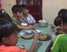 Giáo viên vùng cao chăm lo từng bữa ăn cho học trò nghèo