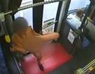 Khó hiểu với cô gái khỏa thân nhảy múa điên cuồng trên xe buýt