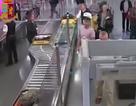Khoảnh khắc tên trộm lấy cắp 9.000 USD trong tích tắc ở cửa an ninh sân bay