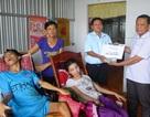 Trao hơn 100 triệu đồng đến thầy giáo nghèo nuôi hai con nằm liệt giường