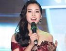 Hoa hậu Trần Tiểu Vy bối rối khi chạm mặt cầu thủ Quang Hải
