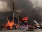 Cháy dữ dội cửa hàng gỗ, lửa lan sang các nhà dân