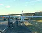 Phi công bất ngờ hạ cánh xuống đường cao tốc rồi … đi vệ sinh