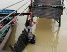 Sập cầu ở Nha Trang, 3 người cùng xe máy rơi xuống sông