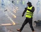"""Người """"Áo vàng"""" xuống đường, bạo động tiếp diễn ở Pháp"""
