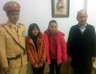 CSGT Hà Nội đưa 3 mẹ con hỏng xe về nhà giữa trời mưa rét