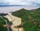 Khánh Hòa: Giáo viên đi bè qua bán đảo dạy học vì cầu sập do mưa lũ