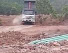 """Đoàn xe """"rình"""" đổ xỉ thải Nhà máy nhiệt điện Mông Dương 1 vào nhà dân"""