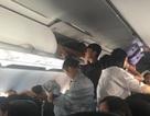 Hai nam hành khách cố tấn công nữ tiếp viên trên máy bay