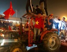 Cổ động viên lái máy cày trước sân Mỹ Đình ăn mừng chiến thắng