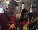 Hà Nội: Đôi nam nữ mang pháo sáng đi cổ vũ bóng đá