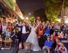 """Cặp đôi """"hoãn"""" chụp ảnh cưới, đi """"bão"""" mừng chiến thắng của đội tuyển Việt Nam"""