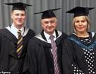 Thú vị cha mẹ và con trai tốt nghiệp cùng trường đại học trong cùng một ngày