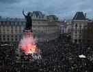"""Pháp tiếp tục chìm trong """"biển lửa"""" bạo động, người biểu tình đụng độ cảnh sát"""