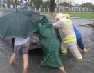 CSGT lội nước đội mưa đẩy xe chết máy