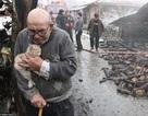 Bức ảnh ông cụ mất tất cả sau vụ hỏa hoạn gây xúc động