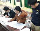 Thầy giáo dùng gậy selfie kẹp smartphone chấm 30 bài thi/phút