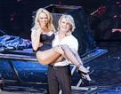 Pamela Anderson được bế bổng trong show ảo thuật