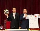 Tết Mậu Tuất: Đấu giá quả bóng và áo đấu của Đội tuyển U23 tặng Thủ tướng