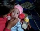 Bé gái 4 tháng tuổi trong giỏ nhựa đặt trước nhà bà giáo già hiếm muộn
