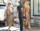 Khloe Kardashian mang thai gần 8 tháng vẫn diện váy bó, đi giày cao gót