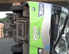 Đập cửa giải cứu 7 người la hét trong chiếc xe lật