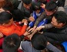 Hàng trăm người tranh cướp chiếu cầu sinh con trai