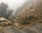 Hàng trăm khối đất đá đổ xuống, quốc lộ 8A chia cắt hoàn toàn