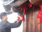 """Xoa tiền xu, nhét tiền giấy, buộc dây """"lạ"""" tại chùa Đồng Yên Tử"""