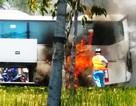 Xe khách bốc cháy dữ dội, người già và trẻ con ôm nhau hoảng loạn