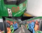 Đang tẩy sạch các toa tàu bị vẽ trộm ở ga Cát Linh - Hà Đông