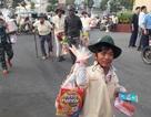 Hàng trăm người khuyết tật và hộ nghèo vui mừng nhận quà tết