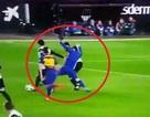 Messi bị cầu thủ Valencia lột áo ngay trên sân