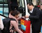 Tặng quà và hỗ trợ vé xe về Tết cho sinh viên