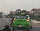 Người đàn ông đi xe máy rượt đuổi, chặn taxi trên quốc lộ