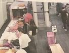 Cận cảnh nữ nhân viên an ninh sân bay lấy trộm tiền của du khách từ túi hành lý
