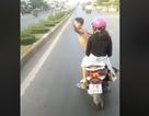 Nam thanh niên đầu trần chở bạn gái lạng lách trước đầu xe khách