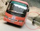Đổ đèo không quan sát, xe máy suýt tông ôtô