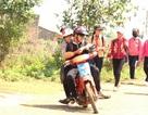 Đắk Nông: Học sinh đeo khăn quàng đỏ vô tư điều khiển xe máy tới trường