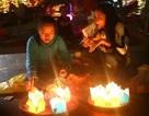 Người dân và du khách hào hứng thả hoa đăng trong đêm Nguyên tiêu