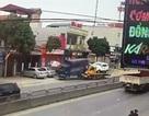 Rùng mình xem cảnh xe cứu hộ đẩy xe tải lao vào nhà dân